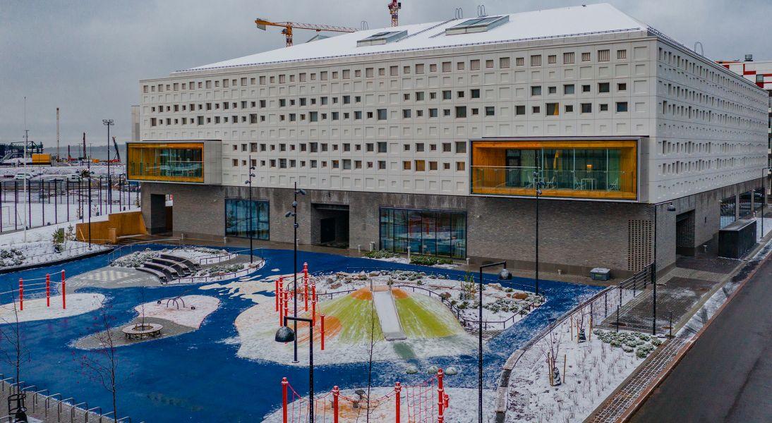 Ei ihan tavanomainen koulu, vaan Jätkäsaaren uusi maamerkki