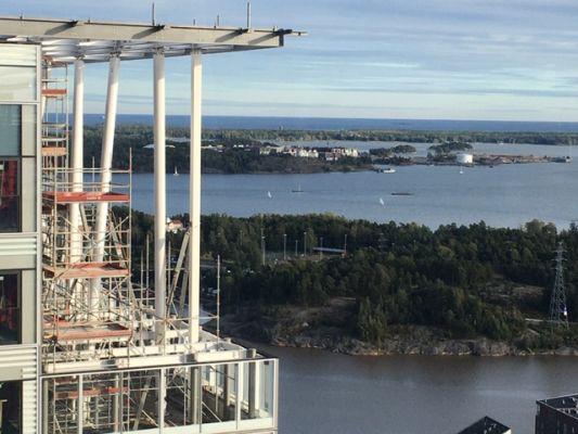 Asennustöitä korkealla – Kalasataman tornien Loistossa asennetaan teräsristikoita yli sadassa metrissä